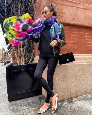 Comment porter: blouson aviateur en cuir noir, pull torsadé noir, leggings noirs, slippers en cuir à fleurs blancs