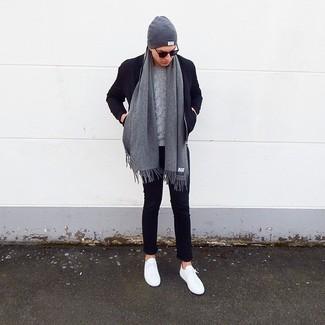 Comment porter: blouson aviateur en laine bleu marine, pull torsadé gris, pantalon chino bleu marine, baskets basses blanches