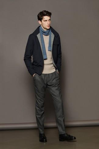 Comment porter: blouson aviateur en laine bleu marine, pull torsadé beige, pantalon de costume en laine gris, mocassins à pampilles en cuir noirs