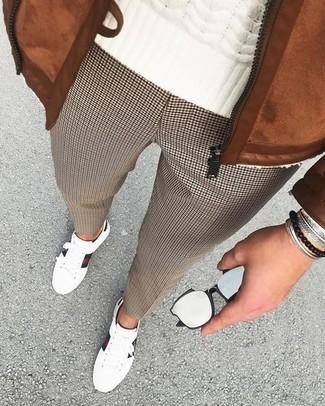 Comment porter: blouson aviateur en daim tabac, pull torsadé blanc, pantalon de costume en pied-de-poule marron, baskets basses en cuir blanches