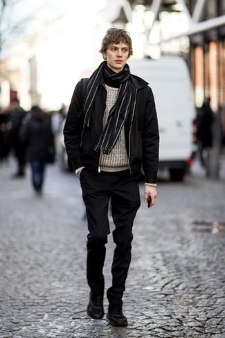 Comment porter un pull à col roulé noir: Pense à porter un pull à col roulé noir et un pantalon chino noir pour un déjeuner le dimanche entre amis. Tu veux y aller doucement avec les chaussures? Choisis une paire de des bottes de travail en daim noires pour la journée.