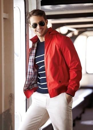 Comment porter: blouson aviateur en cuir rouge, pull à col rond à rayures horizontales bleu marine et blanc, pantalon chino blanc, lunettes de soleil marron foncé