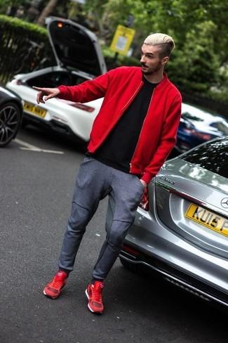 Pense à porter un blouson aviateur rouge Ben Sherman et un pantalon de jogging gris foncé pour une tenue idéale le week-end. Une paire de des chaussures de sport rouges apporte une touche de décontraction à l'ensemble.