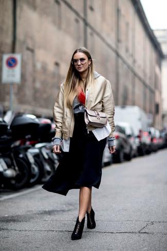 Comment porter: blouson aviateur doré, sweat à capuche gris, chemise de ville à rayures verticales blanche, jupe mi-longue plissée noire