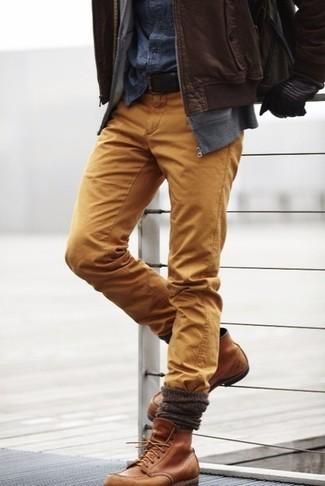 Comment porter: blouson aviateur en cuir marron, sweat à capuche gris, chemise en jean bleu marine, pantalon chino marron clair