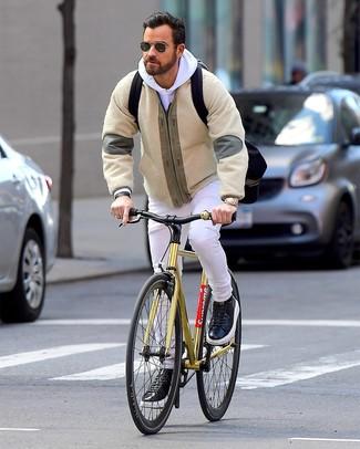 Comment porter: blouson aviateur en polaire beige, sweat à capuche blanc, jean blanc, baskets basses en cuir noires
