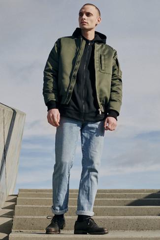Comment porter un blouson aviateur olive: Porte un blouson aviateur olive et un jean bleu clair pour obtenir un look relax mais stylé. Jouez la carte classique pour les chaussures et assortis cette tenue avec une paire de des chaussures derby en cuir marron foncé.
