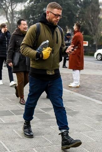 Comment porter des gants: Pour une tenue aussi confortable que ton canapé, marie un blouson aviateur olive avec des gants. Jouez la carte classique pour les chaussures et assortis cette tenue avec une paire de bottes de loisirs en cuir noires.