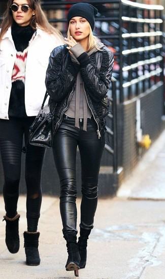 Comment porter: blouson aviateur en cuir noir, sweat à capuche marron, jean skinny en cuir noir, bottines en daim noires
