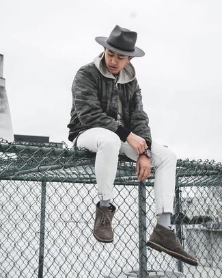 Comment porter un chapeau en laine gris foncé: Pour une tenue aussi confortable que ton canapé, essaie d'harmoniser un blouson aviateur camouflage gris foncé avec un chapeau en laine gris foncé. Ajoute une paire de bottines chukka en daim marron foncé à ton look pour une amélioration instantanée de ton style.