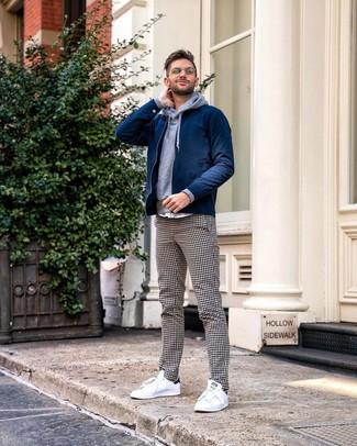 Comment porter: blouson aviateur bleu marine, sweat à capuche gris, pantalon chino en vichy blanc et noir, baskets basses blanches