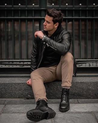 Comment porter des bottes de loisirs en cuir noires: Marie un blouson aviateur en cuir noir avec un pantalon chino marron clair pour affronter sans effort les défis que la journée te réserve. Jouez la carte classique pour les chaussures et fais d'une paire de des bottes de loisirs en cuir noires ton choix de souliers.