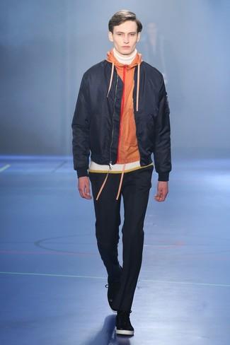 Comment porter: blouson aviateur noir, sweat à capuche orange, pull à col roulé blanc, pantalon chino noir