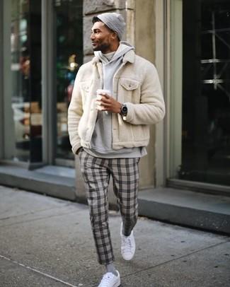 Comment porter: blouson aviateur en fourrure beige, sweat à capuche gris, pull à col roulé blanc, pantalon de costume écossais gris