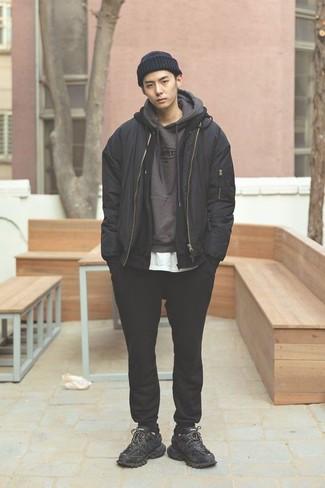 Comment porter une veste: Associe une veste avec un pantalon de jogging noir pour un look de tous les jours facile à porter. Jouez la carte décontractée pour les chaussures et termine ce look avec une paire de des chaussures de sport noires.