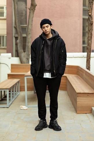 Comment porter des chaussettes noires: Pense à harmoniser un blouson aviateur noir avec des chaussettes noires pour un look confortable et décontracté. Termine ce look avec une paire de des chaussures de sport noires.
