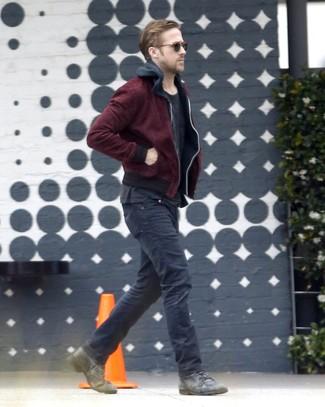 Tenue de Ryan Gosling: Blouson aviateur bordeaux, Sweat à capuche noir, T-shirt à col rond noir, Jean noir