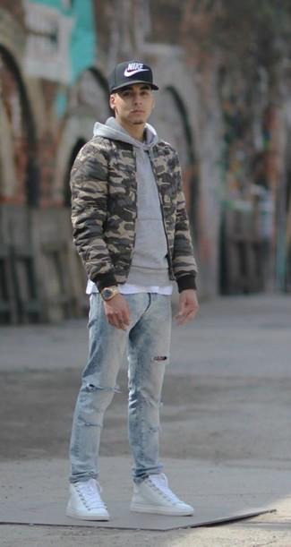 Comment porter: blouson aviateur camouflage olive, sweat à capuche gris, t-shirt à col rond blanc, jean déchiré bleu clair