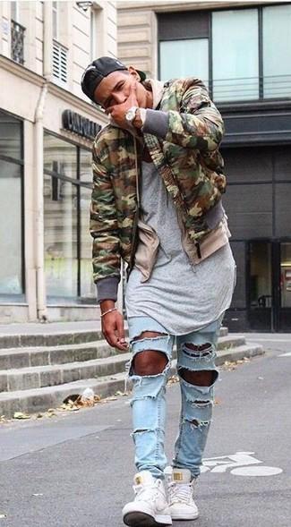 Comment porter: blouson aviateur camouflage olive, sweat à capuche beige, t-shirt à col rond gris, jean skinny déchiré bleu clair