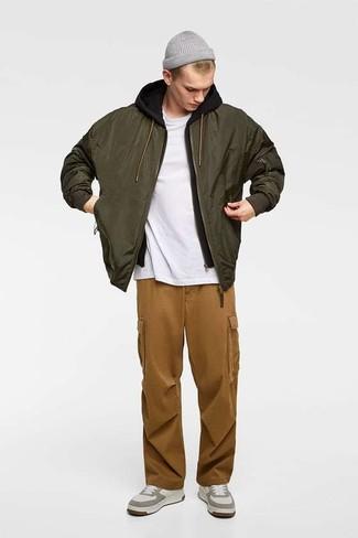 Comment porter: blouson aviateur olive, sweat à capuche noir, t-shirt à col rond blanc, pantalon cargo marron