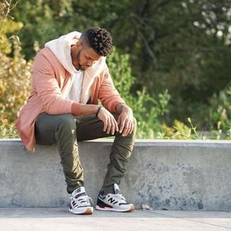 Comment porter: blouson aviateur rose, sweat à capuche en polaire beige, t-shirt à col rond blanc, pantalon chino olive