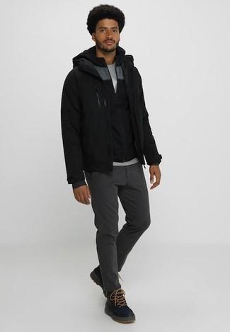 Comment porter: blouson aviateur noir, sweat à capuche noir, t-shirt à col rond gris, pantalon chino gris foncé