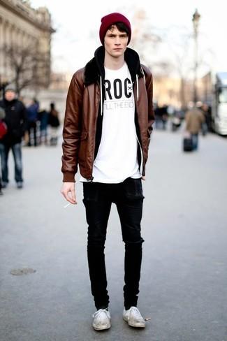 Comment s'habiller pour un style relax: Pour une tenue aussi confortable que ton canapé, pense à porter un blouson aviateur en cuir marron et un jean skinny déchiré noir. Une paire de des baskets basses en toile blanches est une façon simple d'améliorer ton look.