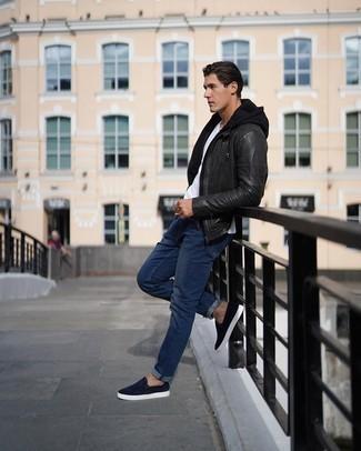 Comment porter un sweat à capuche noir: Associe un sweat à capuche noir avec un jean bleu marine pour obtenir un look relax mais stylé. Apportez une touche d'élégance à votre tenue avec une paire de des baskets à enfiler en daim bleu marine.