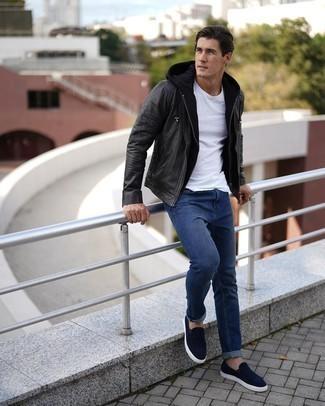 Comment porter un sweat à capuche noir: Opte pour un sweat à capuche noir avec un jean bleu marine pour une tenue confortable aussi composée avec goût. Jouez la carte classique pour les chaussures et assortis cette tenue avec une paire de des baskets à enfiler en daim bleu marine.