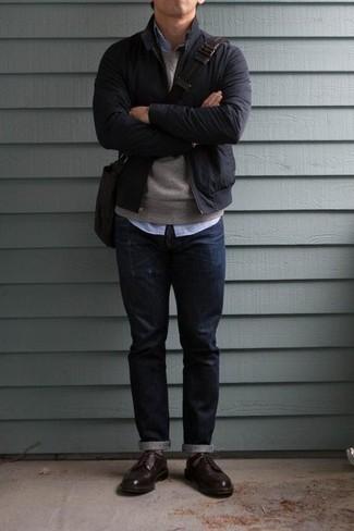 Comment porter une besace en cuir marron foncé: Opte pour un blouson aviateur bleu marine avec une besace en cuir marron foncé pour une tenue relax mais stylée. Une paire de des chaussures derby en cuir bordeaux apportera une esthétique classique à l'ensemble.