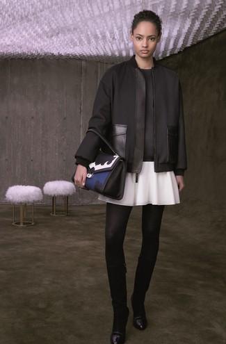 Comment porter: blouson aviateur noir, sweat-shirt noir, jupe patineuse blanche, bottes hauteur genou en cuir noires
