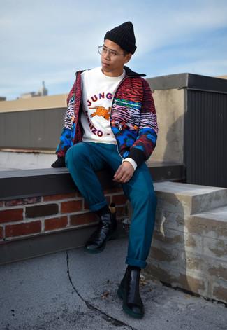 Comment porter: blouson aviateur imprimé multicolore, sweat-shirt imprimé blanc, pantalon chino bleu canard, bottines chelsea en cuir noires