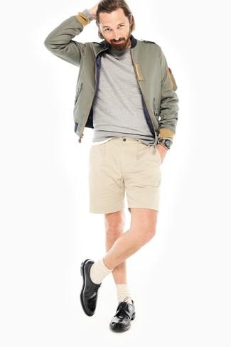 Comment porter: blouson aviateur olive, sweat-shirt gris, t-shirt à col rond blanc, short beige