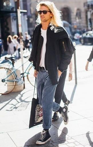 Comment porter un t-shirt à col rond blanc: Essaie de marier un t-shirt à col rond blanc avec un jean bleu pour un déjeuner le dimanche entre amis. Pour les chaussures, fais un choix décontracté avec une paire de des baskets montantes en toile noires et blanches.