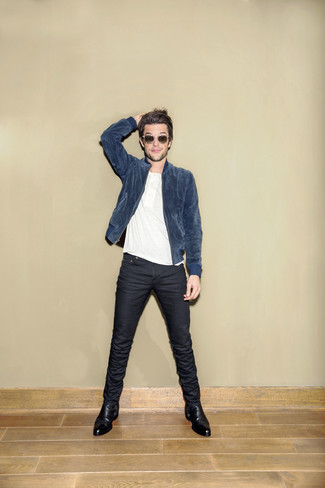 Comment porter: blouson aviateur en daim bleu, t-shirt à col boutonné blanc, jean skinny bleu marine, bottines chelsea en cuir noires