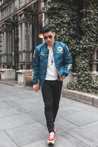 Comment porter: blouson aviateur turquoise, t-shirt à col boutonné blanc, jean skinny noir, chaussures de sport rouges