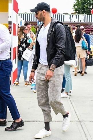 Comment porter un pantalon chino en lin beige: Pour créer une tenue idéale pour un déjeuner entre amis le week-end, pense à associer un blouson aviateur en cuir noir avec un pantalon chino en lin beige. Jouez la carte décontractée pour les chaussures et assortis cette tenue avec une paire de des baskets basses en toile blanc et rouge.