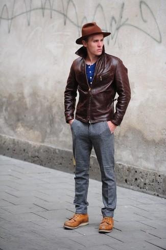 Comment porter: blouson aviateur en cuir marron foncé, t-shirt à col boutonné bleu, pantalon de costume en laine gris, bottes de loisirs en cuir tabac