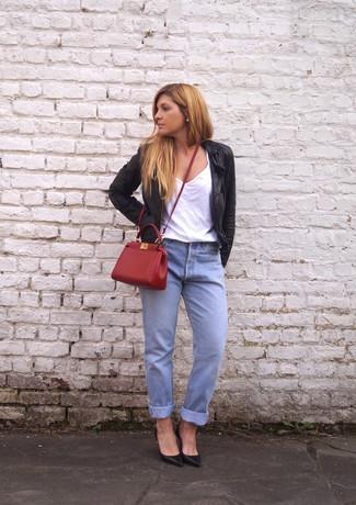 Comment porter: blouson aviateur en cuir noir, t-shirt à col en v blanc, jean boyfriend bleu clair, escarpins en cuir noirs