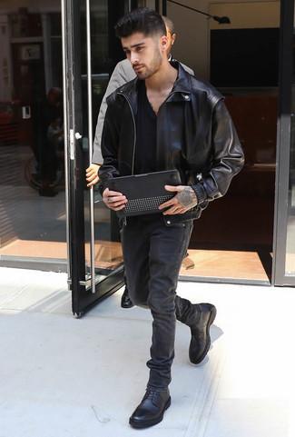 Comment porter: blouson aviateur en cuir noir, t-shirt à col en v noir, jean noir, bottes de loisirs en cuir noires