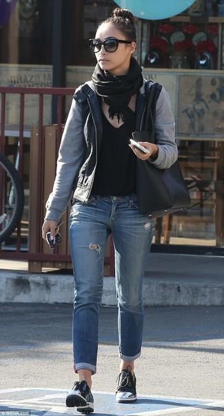 Comment porter: blouson aviateur en cuir noir, t-shirt à col en v noir, jean déchiré bleu, chaussures derby en cuir noires