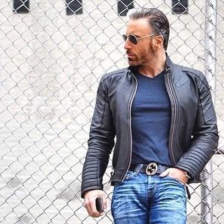Comment porter: blouson aviateur en cuir noir, t-shirt à col en v bleu marine, jean bleu, ceinture en cuir noire