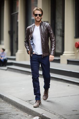 Comment porter: blouson aviateur en cuir marron foncé, t-shirt à col en v blanc, jean skinny bleu marine, bottes de loisirs en cuir marron foncé