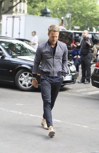 Comment porter: blouson aviateur gris foncé, t-shirt à col en v bleu marine, pantalon chino gris foncé, chaussures derby en daim beiges