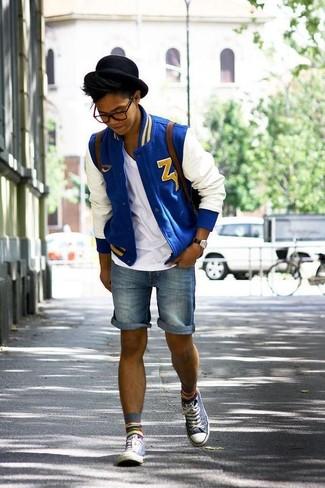 Comment porter: blouson aviateur blanc et bleu, t-shirt à col en v blanc, short en denim bleu, baskets montantes grises