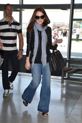 Comment porter: blouson aviateur en cuir noir, t-shirt à col rond noir, jean flare bleu, sandales compensées en cuir noires