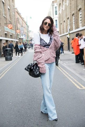 Comment porter: blouson aviateur en polaire rose, t-shirt à col rond en dentelle blanc et noir, jean flare bleu clair, escarpins en cuir noirs