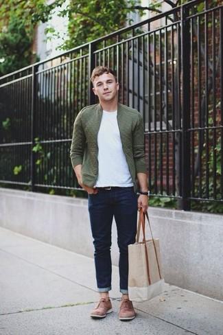 Comment porter: blouson aviateur matelassé olive, t-shirt à col rond blanc, jean bleu marine, chaussures brogues en daim marron clair