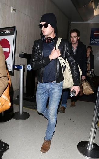 Comment porter: blouson aviateur en cuir noir, t-shirt à col rond bleu marine, jean bleu, bottes de loisirs en daim marron