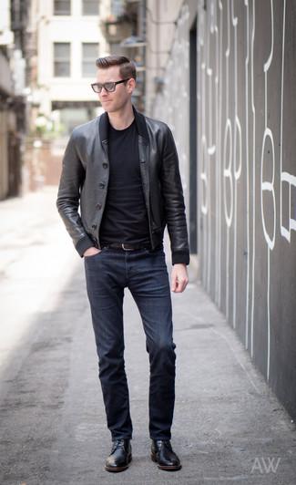 Comment porter: blouson aviateur en cuir noir, t-shirt à col rond noir, jean bleu marine, chaussures derby en cuir noires